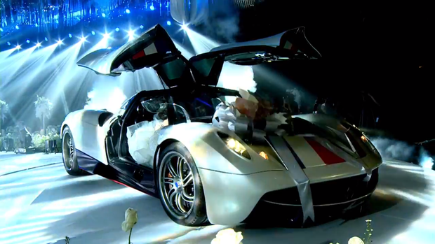 Đại gia Minh 'Nhựa' chất chơi, lái siêu xe Pagani Huayra lên sân khấu để trao con gái cho chú rể