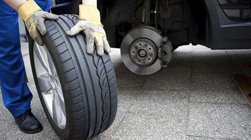 Hướng dẫn thay lốp xe ô tô đúng cách và hiệu quả khi sử dụng