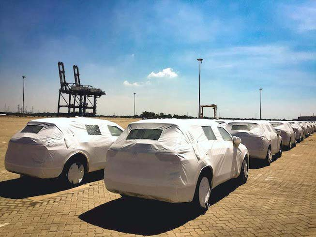 Hàng chục xe Nissan và một siêu xe Ferrari bị bỏ quên ở cảng